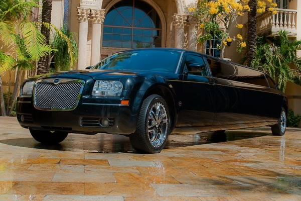 8 Person Chrysler 300 Limo Service Huntington Beach